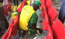 Cổ động viên Senegal được tán dương vì dọn rác trên SVĐ