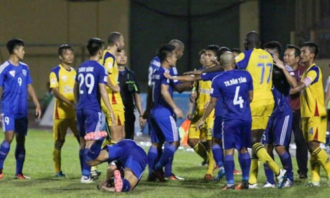 Trọng tài V-League bị quây vì không công nhận bàn thắng