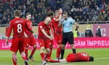 Lewandowski đau đớn nằm sân vì... pháo sáng