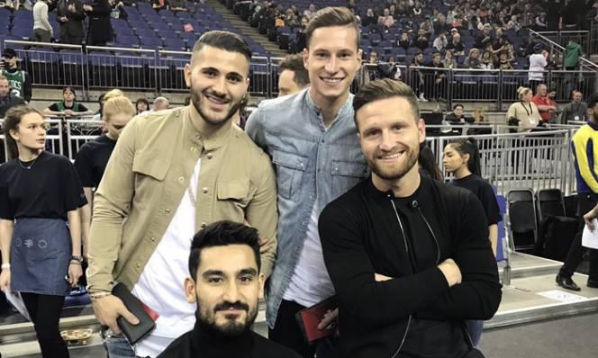 Draxler tới London xem bóng rổ, gặp gỡ thân mật cầu thủ Arsenal