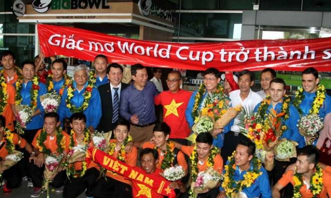 Những người hùng của tuyển futsal Việt Nam được chào đón nồng nhiệt tại sân bay