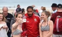 CHÙM ẢNH: Sao ĐT xứ Wales 'bị quây' ở bãi biển