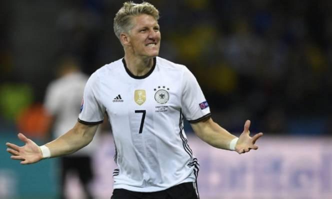 Schweinsteiger ghi bàn trong ngày san bằng kỉ lục của Lahm