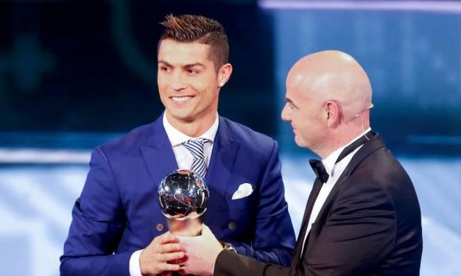 Đả bại Messi, Ronaldo tiện đà 'đá đểu' kình địch